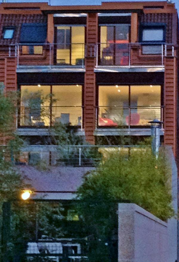 calle-jardin-fachada-noche